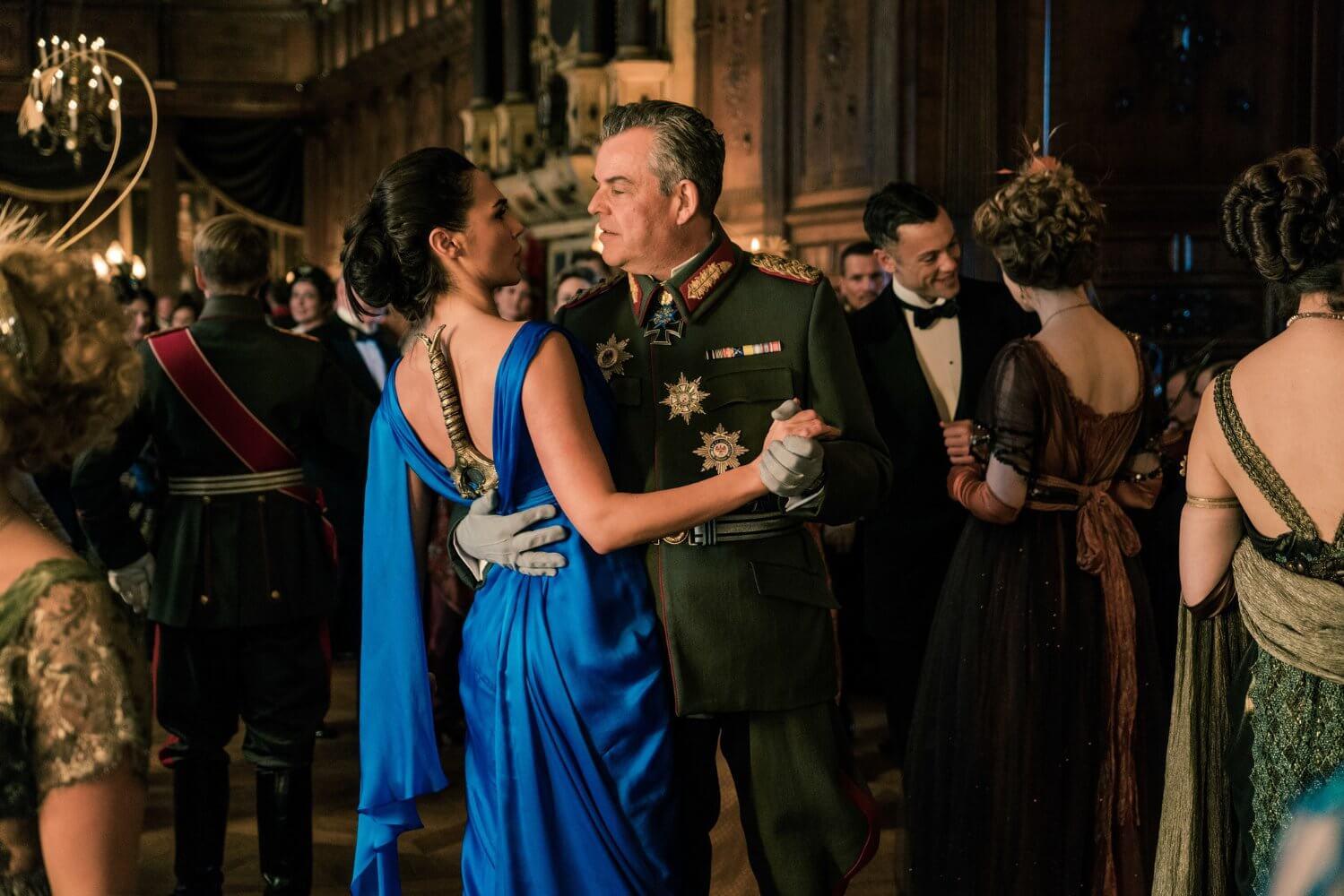 Wonder Woman - Diana bailando con Ludendorff